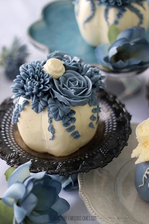 Pastel mini pumpkin cakes